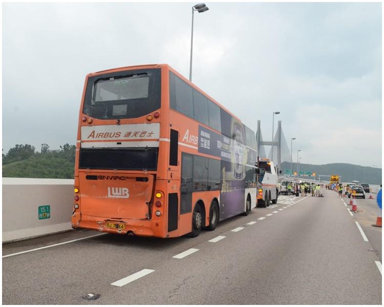 有巴士車尾遭撞凹。
