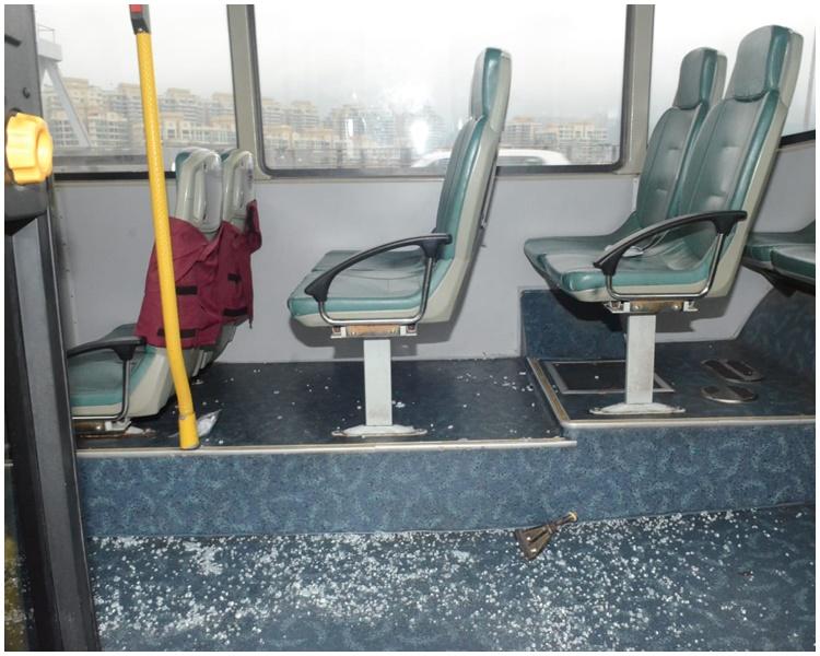 車廂內滿布玻璃碎。