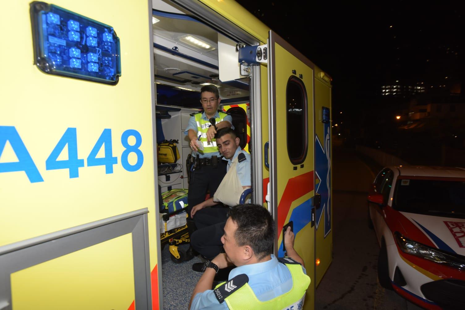 手部受傷的男警清醒送仁濟醫院治理。