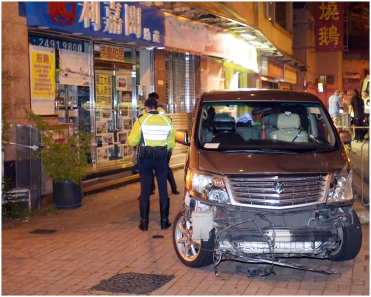 七人車車頭損毀。