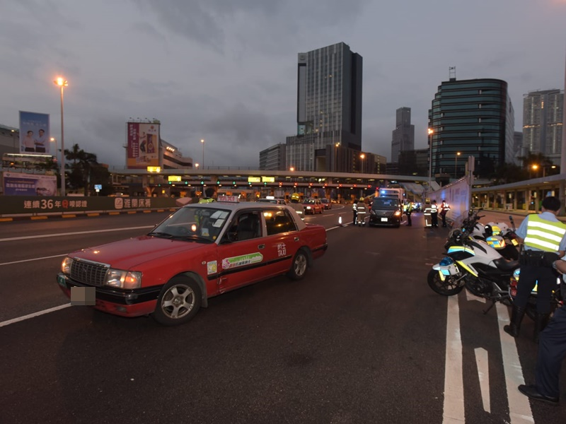 紅的疑違例切線撞向七人車。