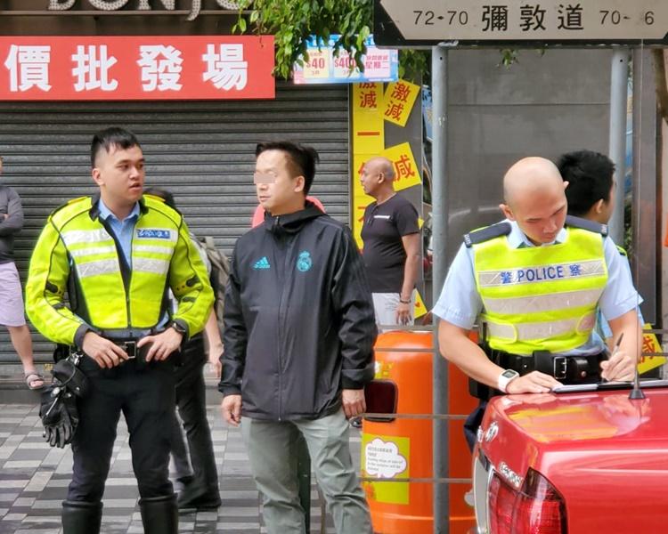 的士司機在場協助警方調查。