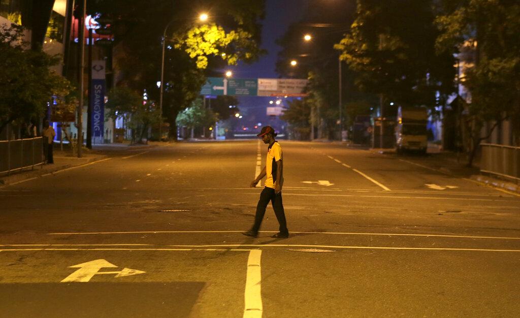 当地政府颁布宵禁令。图片