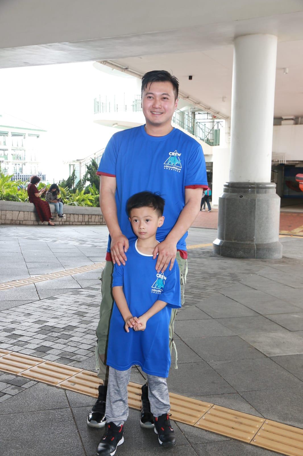 王嘉明帶幼子出席活動。