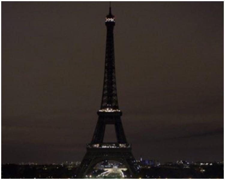 巴黎鐵塔關燈哀悼。網圖