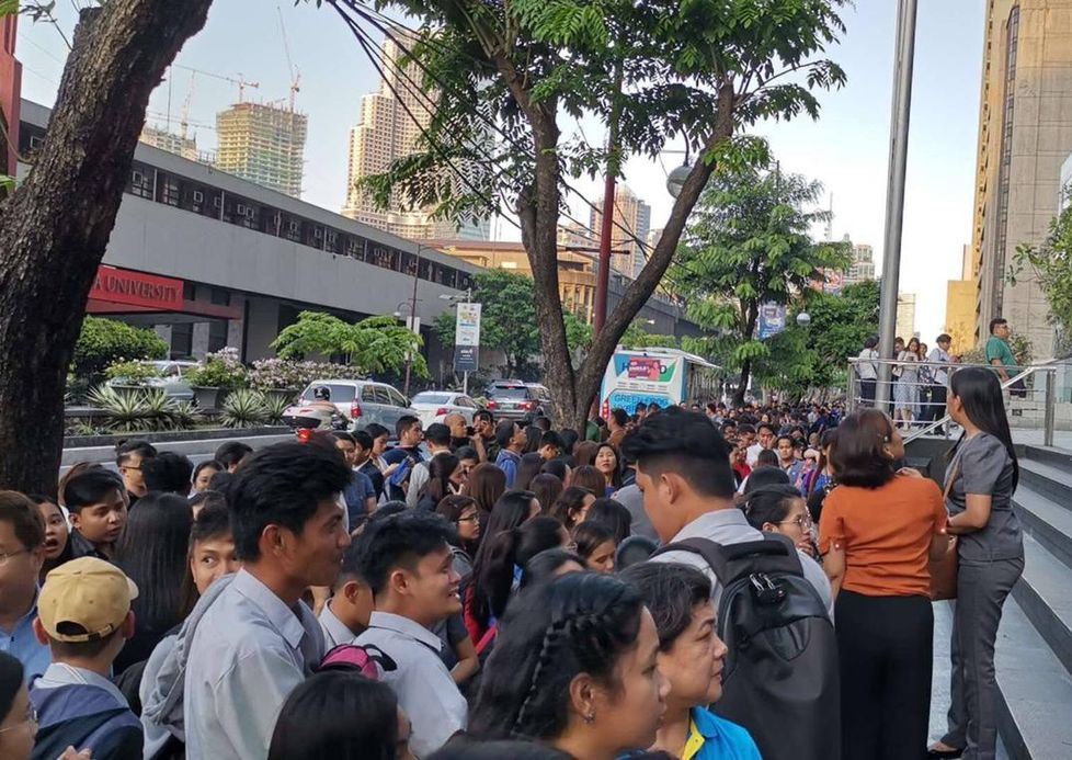 民众到街上暂避。网图