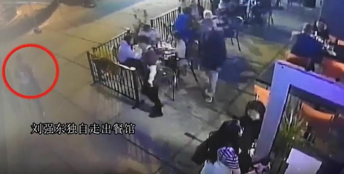 女方(右)主動為眾人開門,劉強東(左)獨自步出。網圖