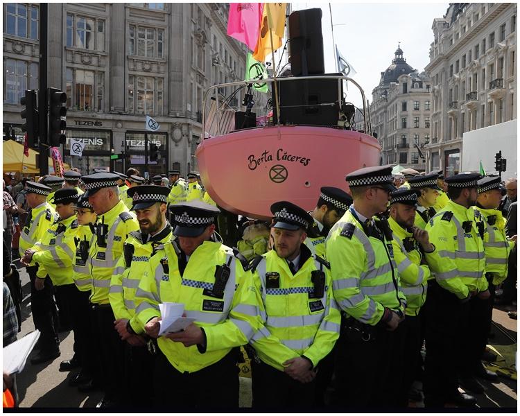 警方出动戒备。