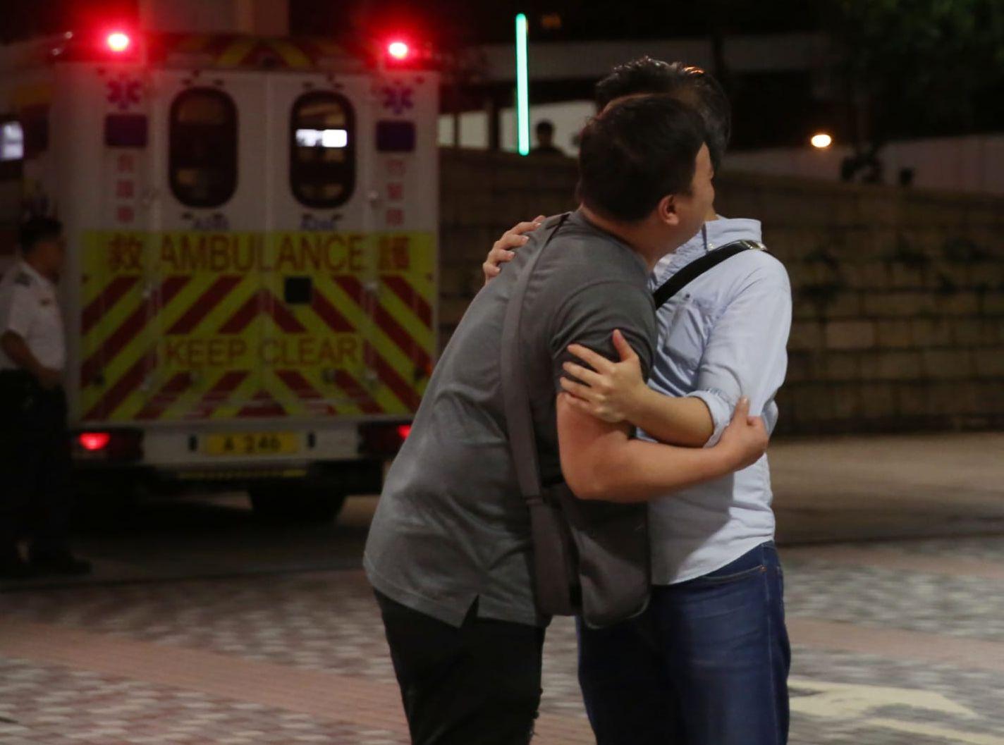 死者親友趕到醫院後相擁痛哭。