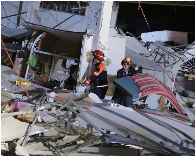 地震導致有建築物倒塌。AP