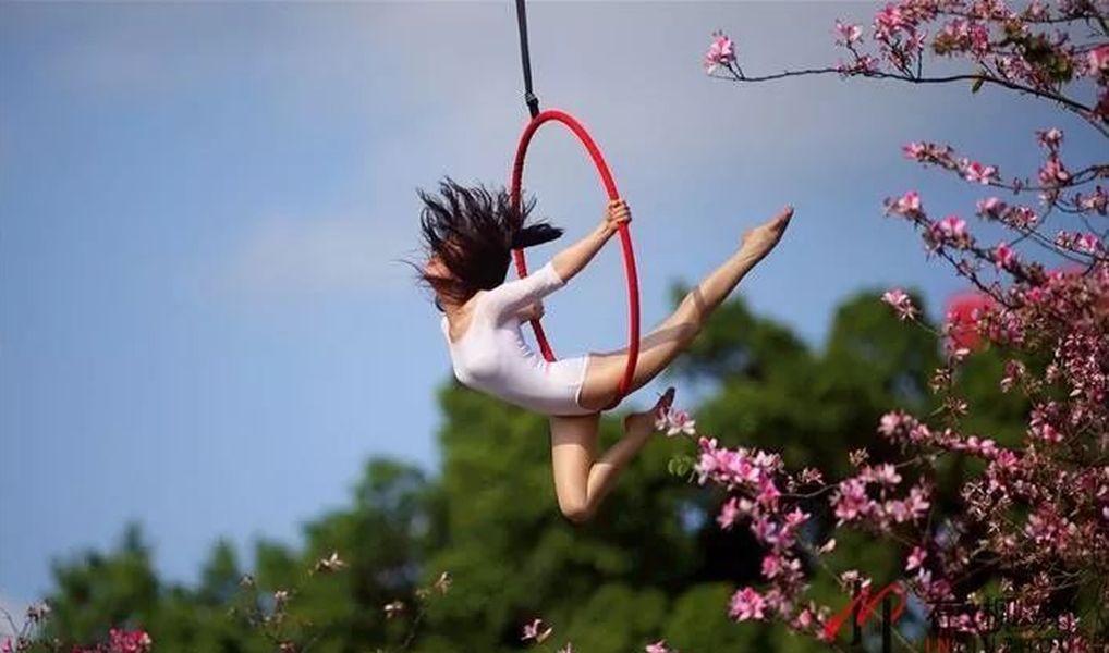 在空中擺出不同瑜伽造。網圖