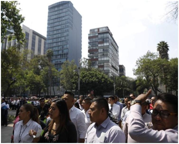 地震发生一刻,市民走上街暂避。AP