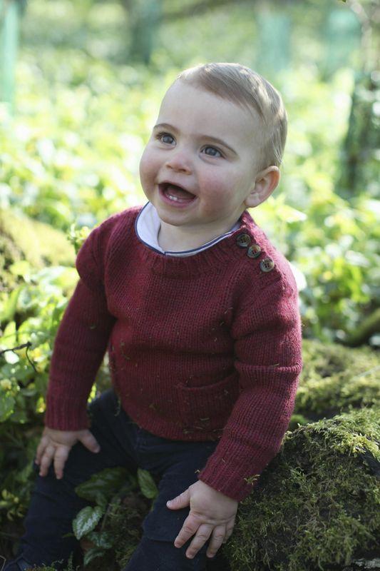 路易小王子开怀大笑,露出下颚两颗乳齿。