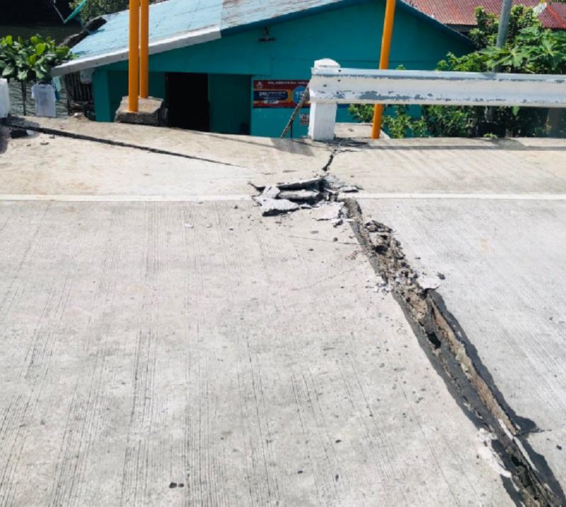 菲律宾萨马岛公路出现裂痕。网上图片