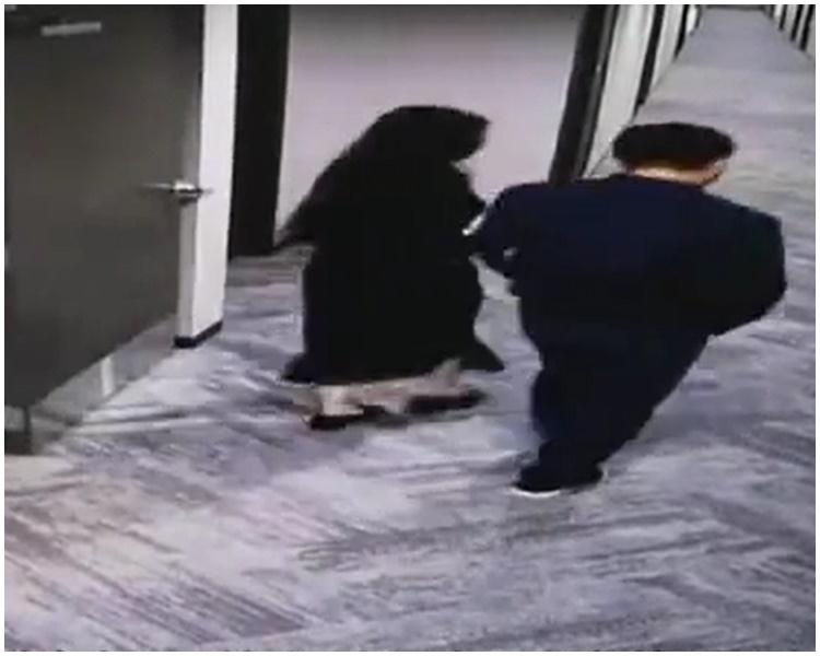 女方疑似挽著劉強東進公寓房間。網圖