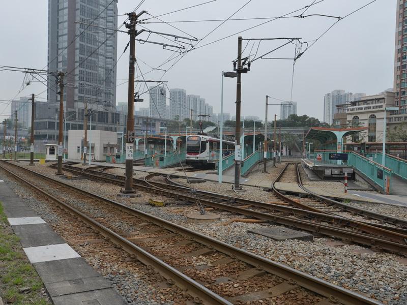 轻铁天荣站沉降超标,附近住宅一直停工。资料图片