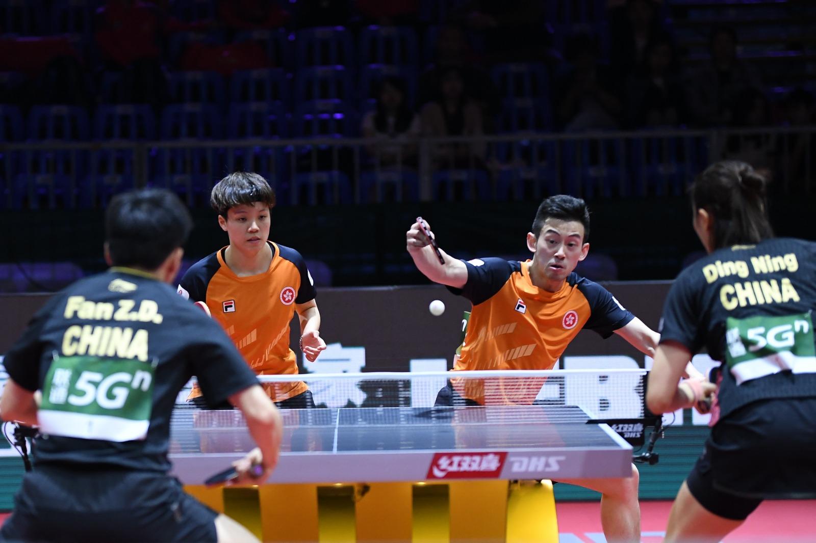 黃鎮廷(右)與杜凱琹昨日於混雙次圈不敵中國的樊振東/丁寧組合。圖片由乒總提供
