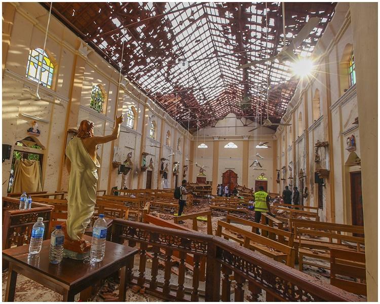教堂遭炸弹袭击后的情况。AP