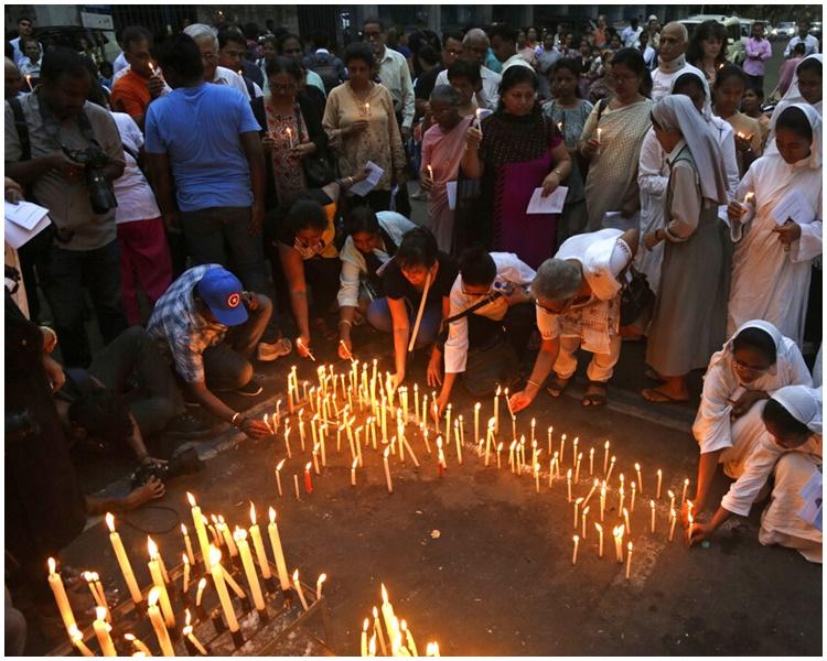 恐襲造成至少320人死亡。AP