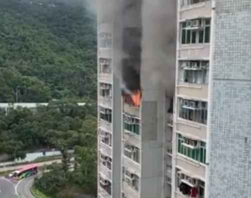 现场火势猛烈。 香港突发事故报料区FB/网民Hector Lo图