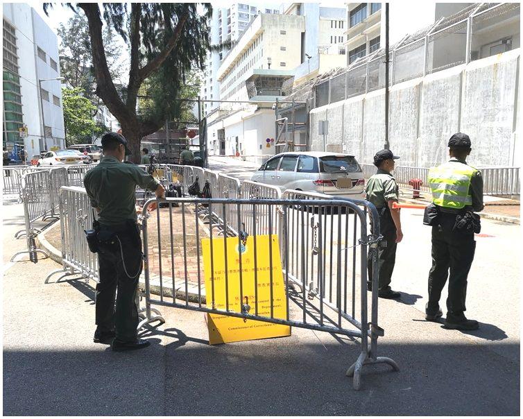 懲教署人員已在門口架設鐵馬。梁國峰攝