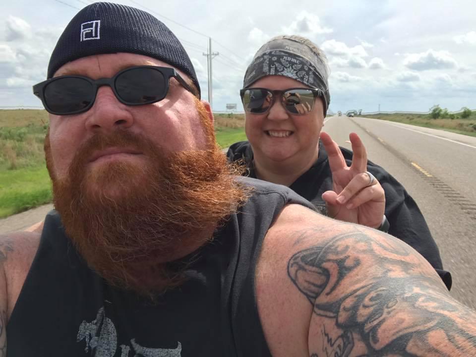 兩夫婦均無戴頭盔。