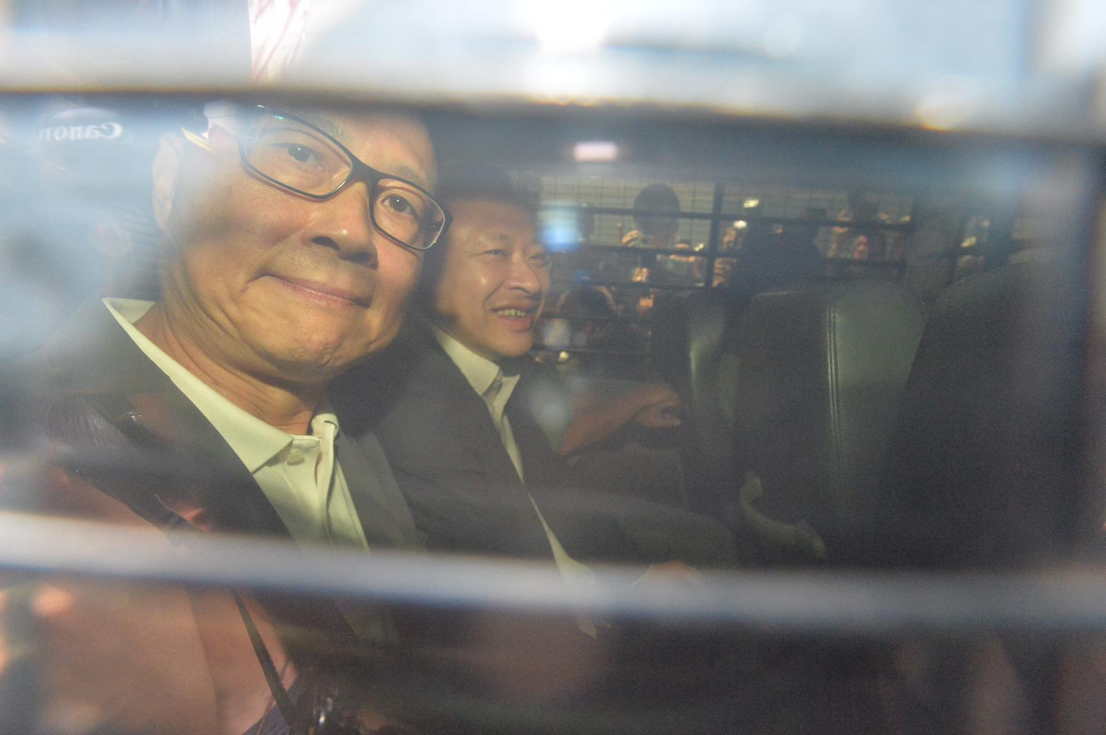 即時入獄的戴耀廷(右)、陳健民由囚車送往荔枝角收押所。