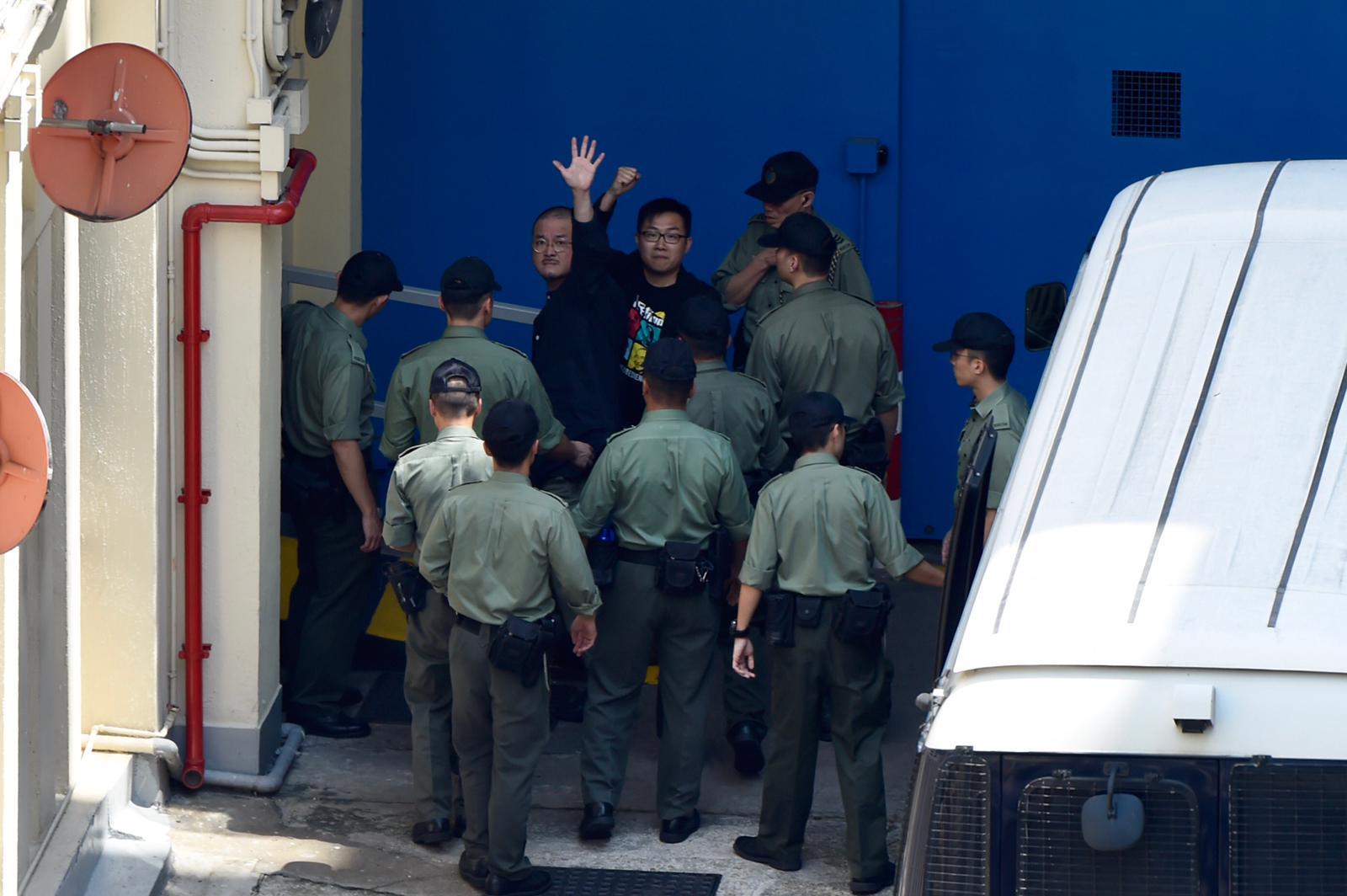 4名被告押往荔枝角收押所。
