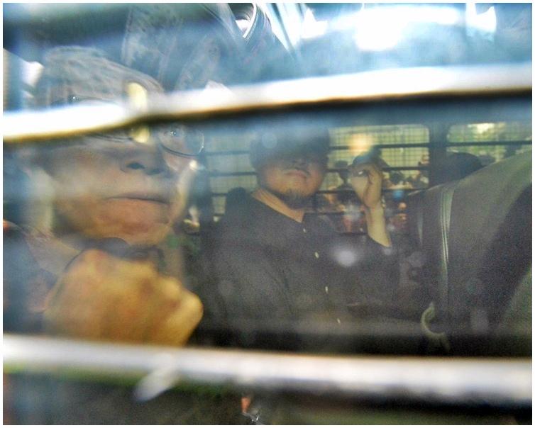 4名被告由囚車押往荔枝角收押所。
