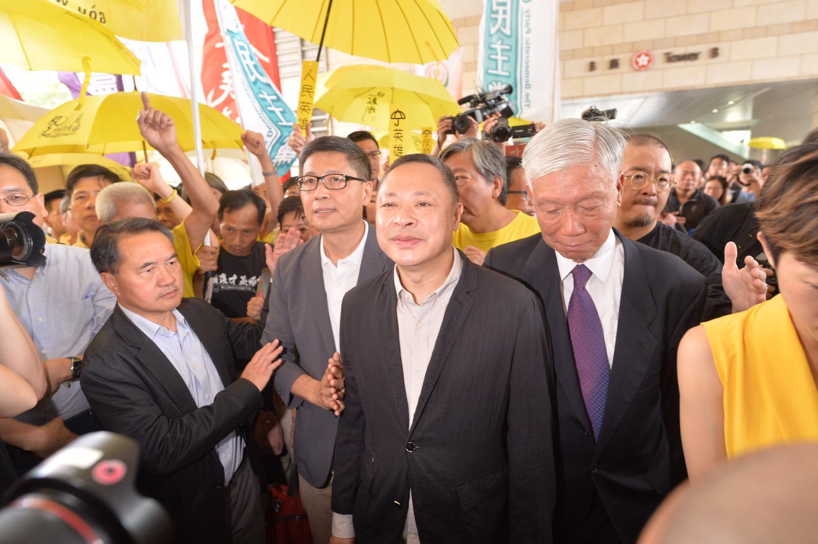 佔中案判刑,戴耀廷、陳健民判即時監禁16個月,同樣罪成的朱耀明(右)獲判緩刑兩年。
