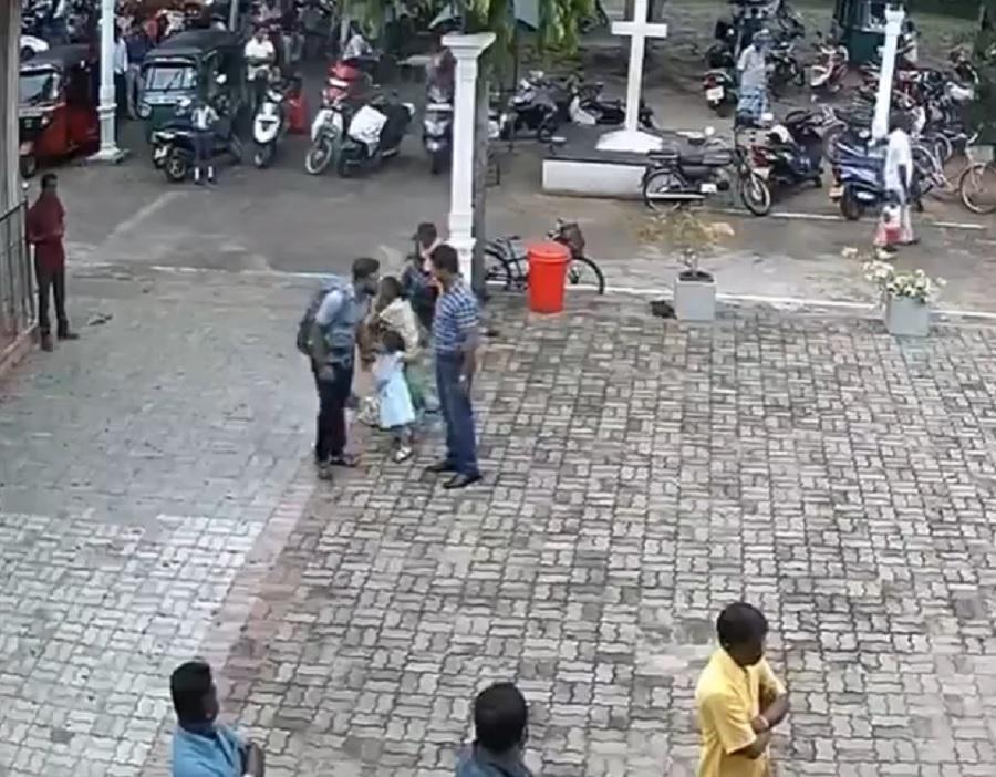 斯里蘭卡爆炸炸彈兇徒教堂外曾輕拍小女孩頭。網上圖片