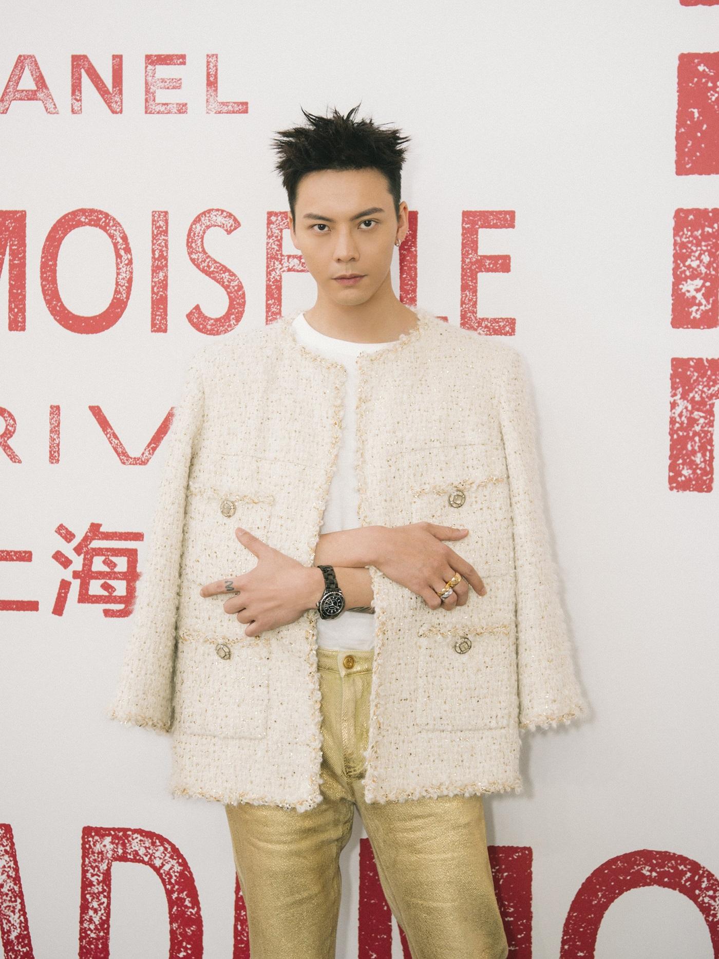 陳偉霆首先以品牌斜紋外套搭配金色長褲亮相,「菠蘿頭」 造型也極具特色。