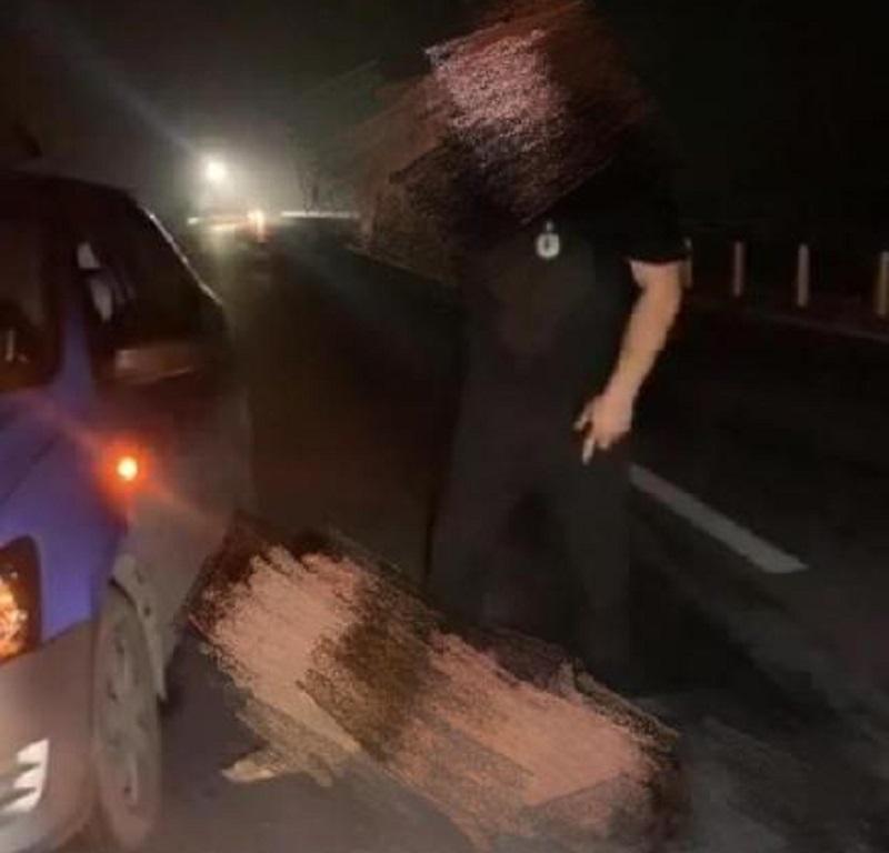 一名裸女搶軚盤遭的士司機踩住。網上圖片