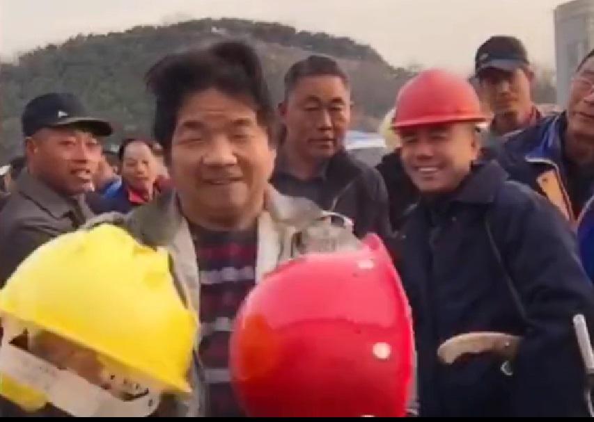 民工拍片「撞碎安全帽」卻失業下鄉。網上圖片