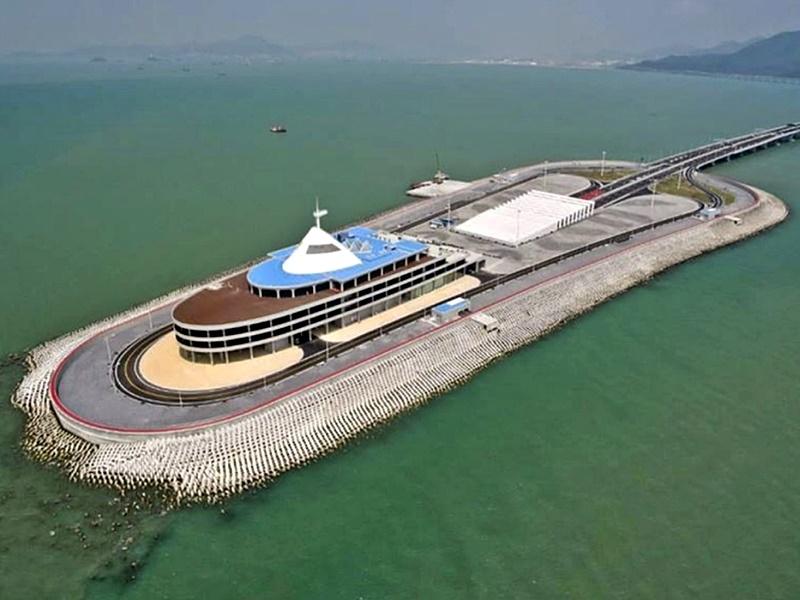 港珠澳大橋東人工島擬開展旅遊開發,本月25日啟動全球公開招標。資料圖片