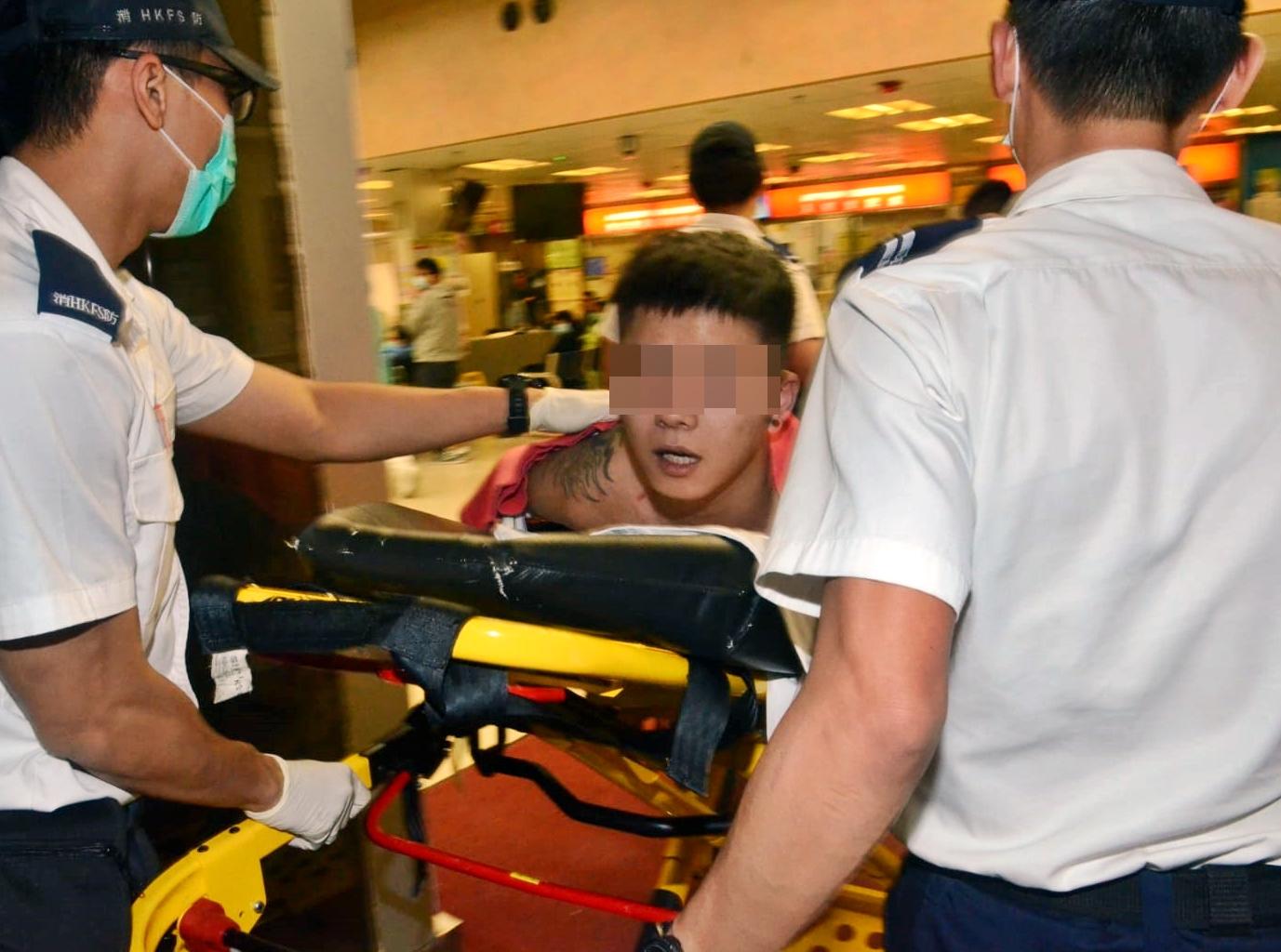 鬧事的南亞男雙手反鎖手銬,由救護車送院檢查。