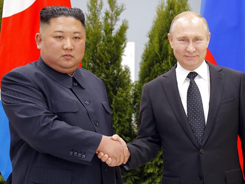 金正恩(左)與普京首次會談。AP