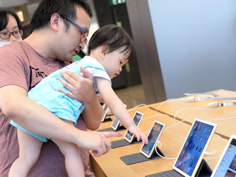 世卫建议一岁以下幼儿完全远离电子萤幕。资料图片