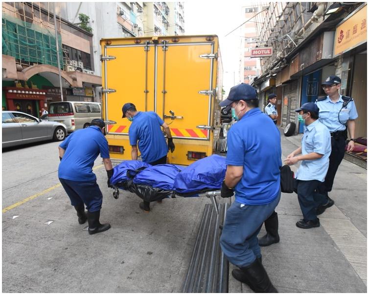 仵工将尸体运走。