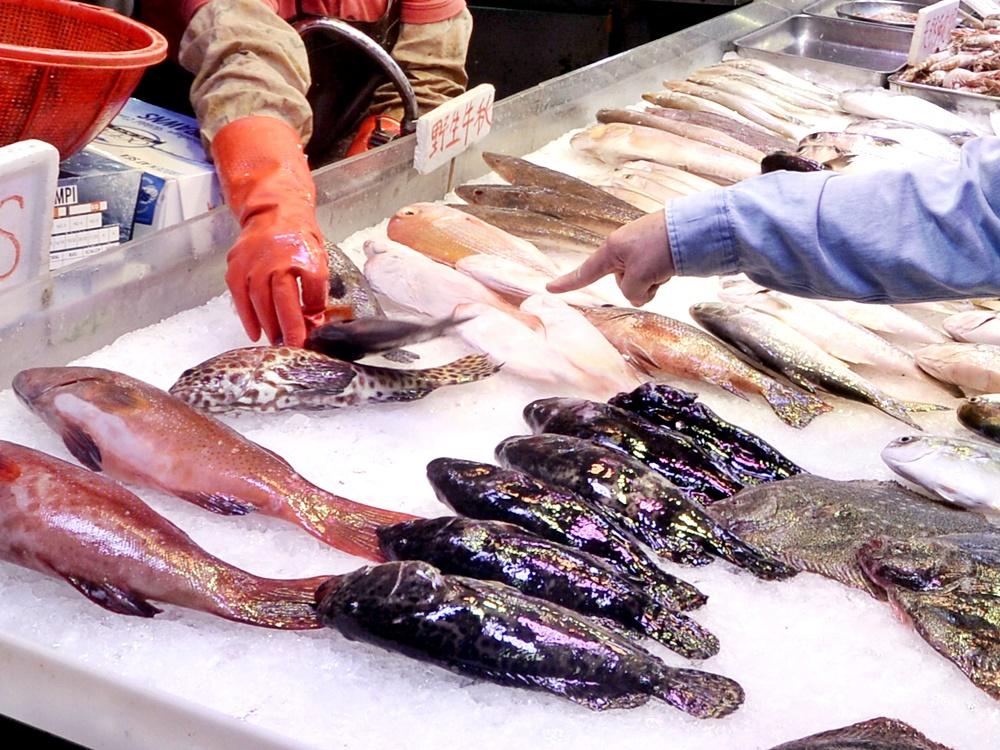 政府擬就如何人道地屠宰活魚制定指引,供食環署轄下街市魚檔作參考。資料圖片