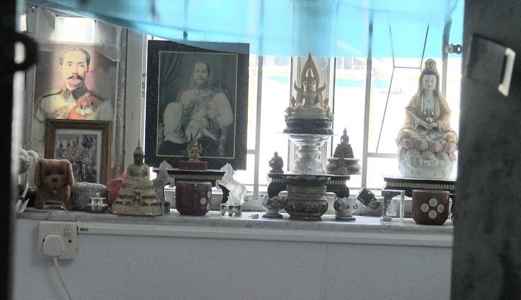 死者寓所單位窗台放有多個神像及孫中山肖像圖。林思明攝