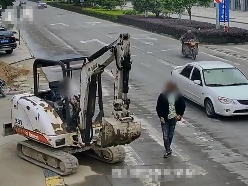 浙江一名3歲男童駕着挖土機在人來車往的街上行駛15分鐘。影片截圖