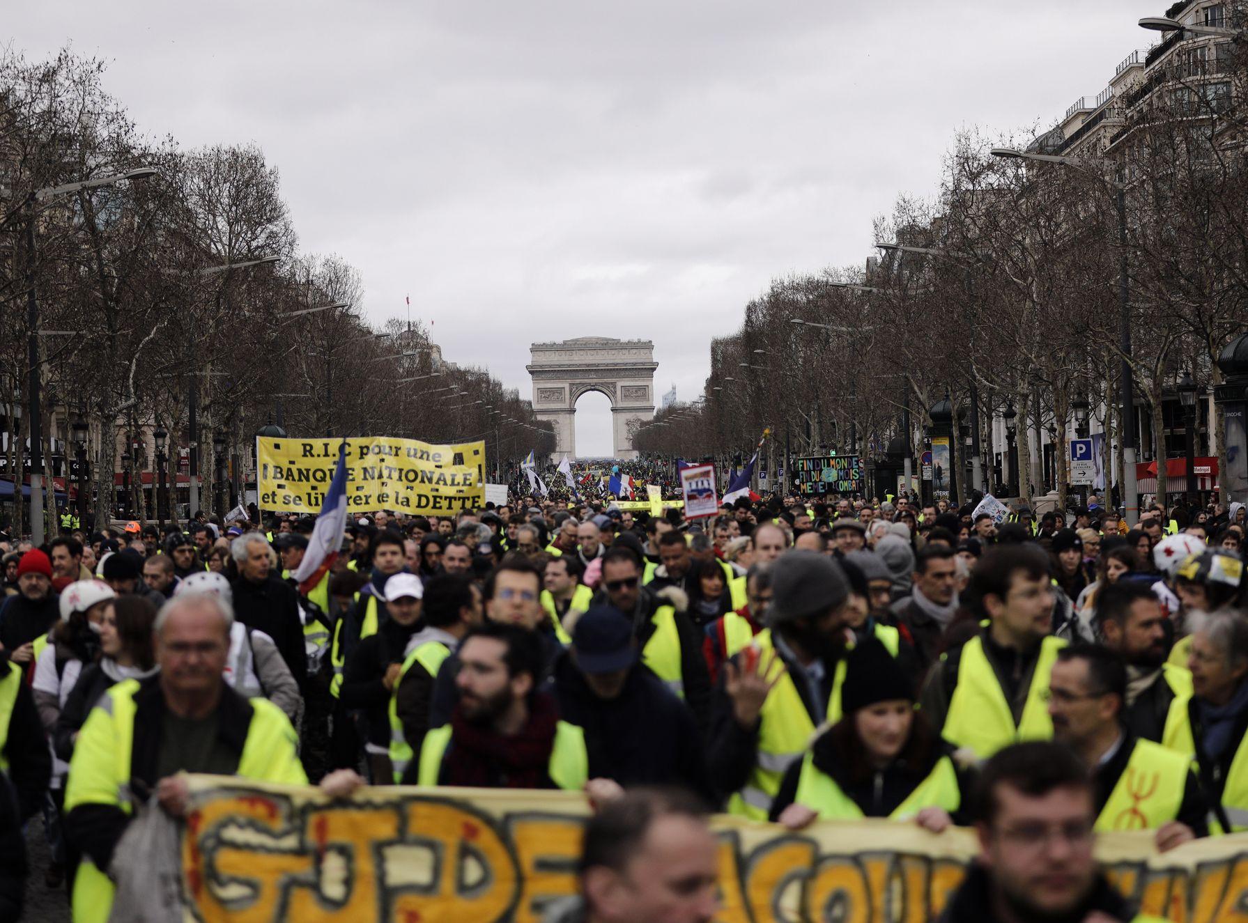 法国自去年11月底起掀起「黄背心」反政府示威。AP