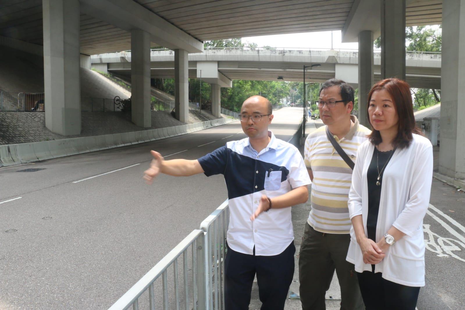 (左起)姚嘉俊、王虎生、陳敏娟今日到現場視察。歐陽偉光攝