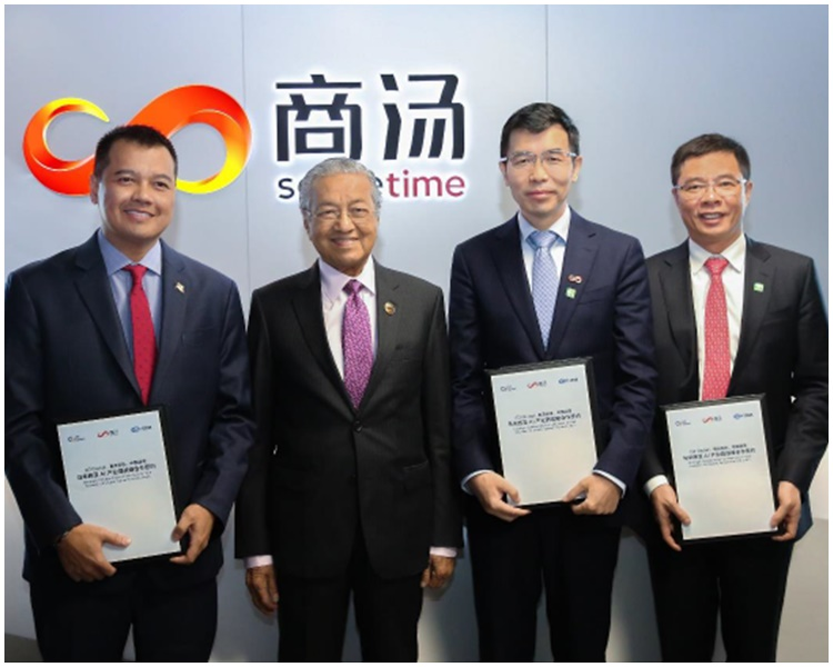 马哈蒂尔(左二)与G3 Global董事长Wan Khalik Wan Muhammad(左一)、商汤科技创始人汤晓鸥(右二)、中国港湾董事长林懿翀合影(右一)。