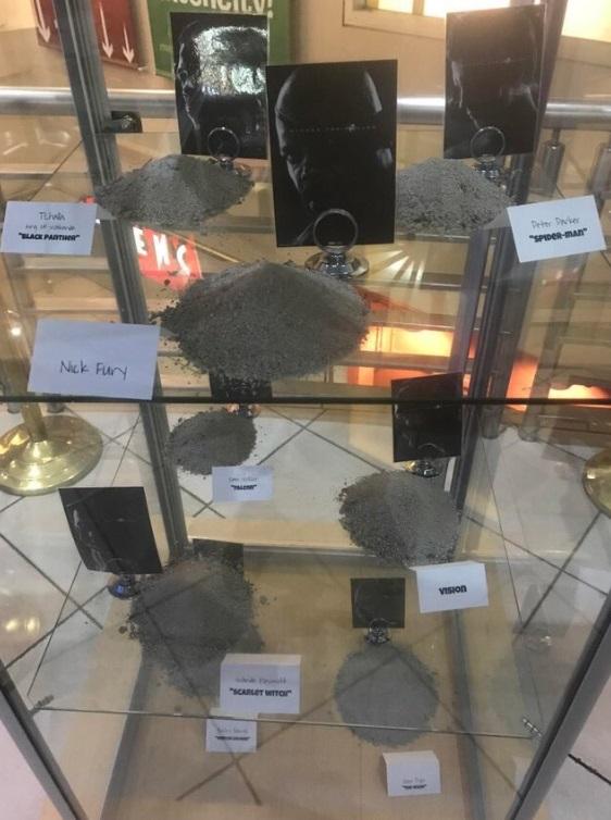 透明玻璃柜里面放着英雄们的「灰」。 Twitter图片
