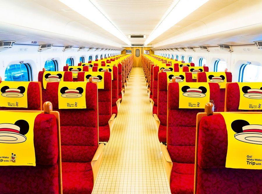 在車廂內的佈置亦以黃色為主,配上暗紅色的座椅。迪士尼網頁圖片
