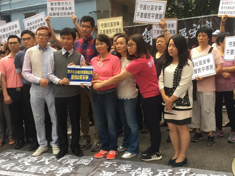 游行有过百名居民和多位议员参与,希望政府尽快进行监管和限制。