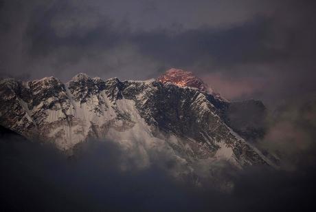 一辆巴士今天在印度喜马拉雅山区堕进深谷,造成最少10人死亡。资料图片