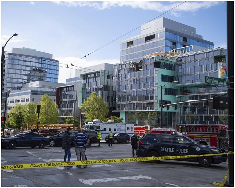 西雅图市中心一个地盘天秤倒塌。